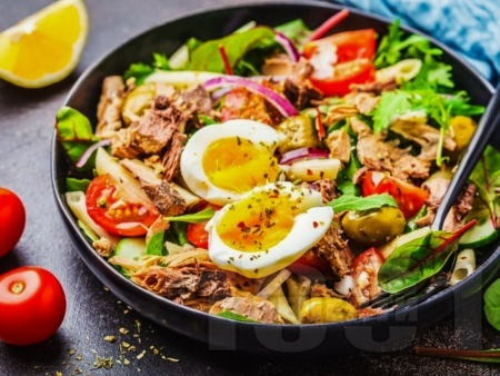 Зелена салата с макарони, риба тон, яйца и майонезен дресинг - снимка на рецептата